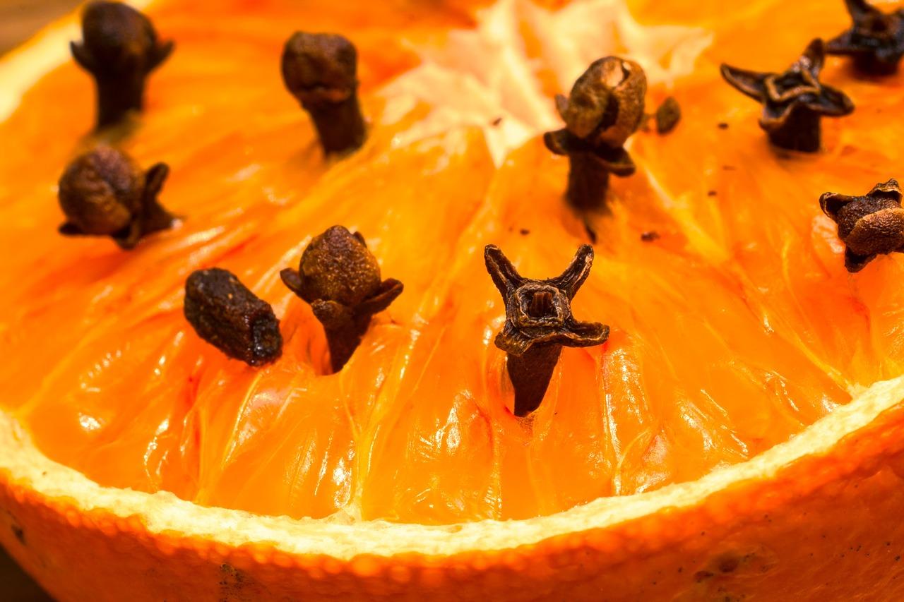 Više klinčića viri iz naranče